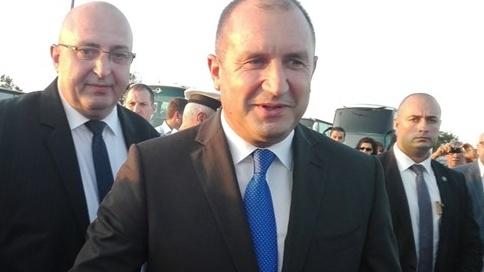 Президентът бе посрещнат с аплодисменти на Петрова нива