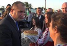 Нов уникален момент с президента: Тракийка извади кърпа и го пита: Позната ли ви е?