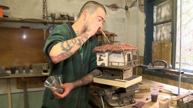 Полусляп художник създава уникални макети на къщи