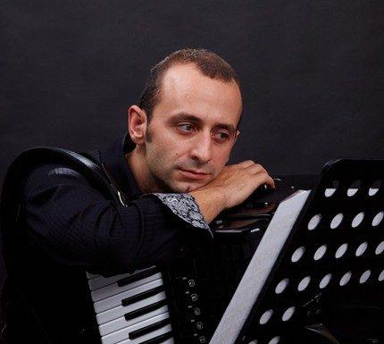 Наш акордеонист популяризира родния фолклор в Барселона