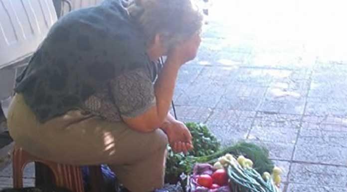 Поредното безобразие! Данъчен подгони 70-годишна баба да е глобява, защото продавала домати