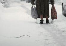 Старицата, която газеше снега със скъсани обувки