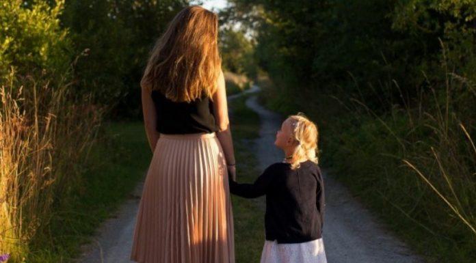 Богата майка реши да заведе дъщеричката си в родното си село – реакцията на детето ще ви остави без думи!