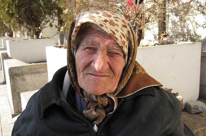 Баба Марийка на 92 г. проси милостиня в студа, за да не е изхвърлят на улицата