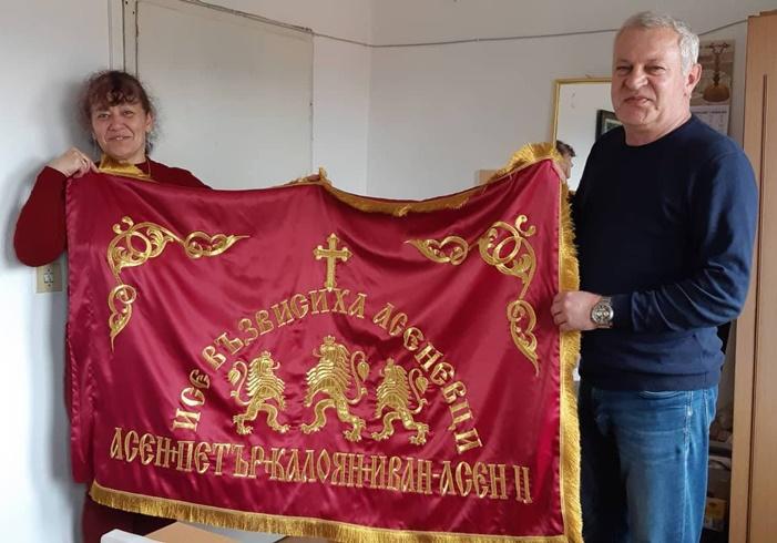 Учителка от Панагюрище извеза знаме за династията Асеневци и го дари на музея