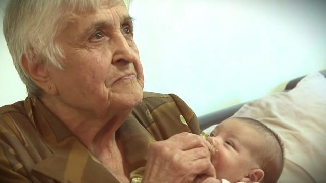 Вярваме в доброто: 85-годишна пенсионирана акушерка продължава да помага на младите майки