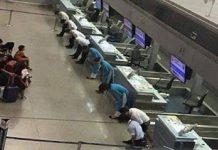 Служители на японските железници групово се извиняват за 20 секундно закъснение на влак