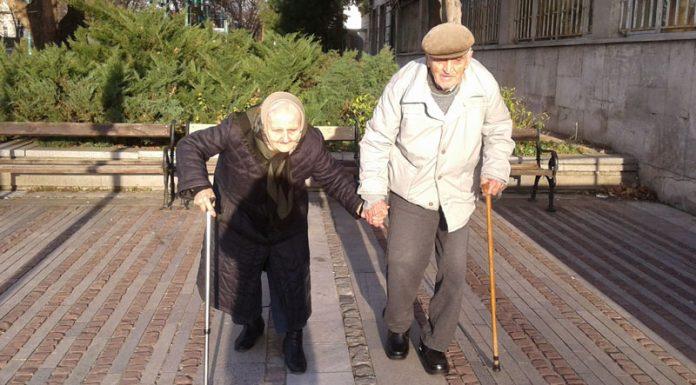 Бабата и дядото, които ходят хванати за ръка