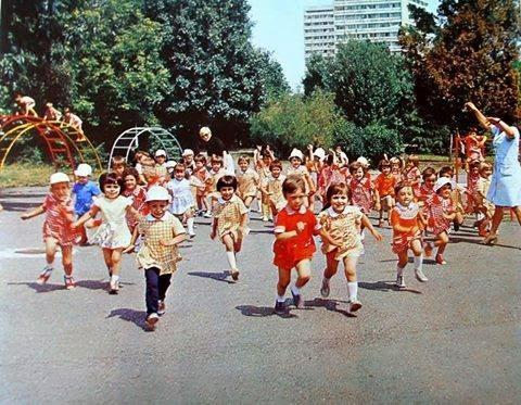 Посвещава се на децата на 60-те,70-те и 80-те години на 20 век…