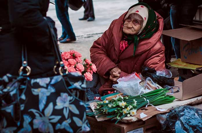 Има надежда! Съдът отмени глобата на баба, която и беше наложена заради това че продава зеленчуци на тротоара