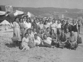 Работници от ТКЗС на море през 1963 година